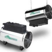 Produktfoto - die elektrische Gewächshausheizung Phoenix von Bio Green - Fotomontage - Das Bild zeigt die Heizung zum einen aufgestellt auf dem Boden und zum anderen an Ketten hängend in der Luft