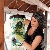 Anwendungsbeispiel - eine Frau pflegt die noch zierlichen Triebe die aus dem Sack herauswachsen